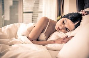 Kvinde sover godt